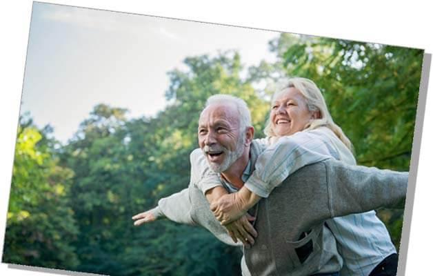 Abb.: Glückliches Seniorenpaar draußen in der Natur – © Tijana – AdobeStock ®
